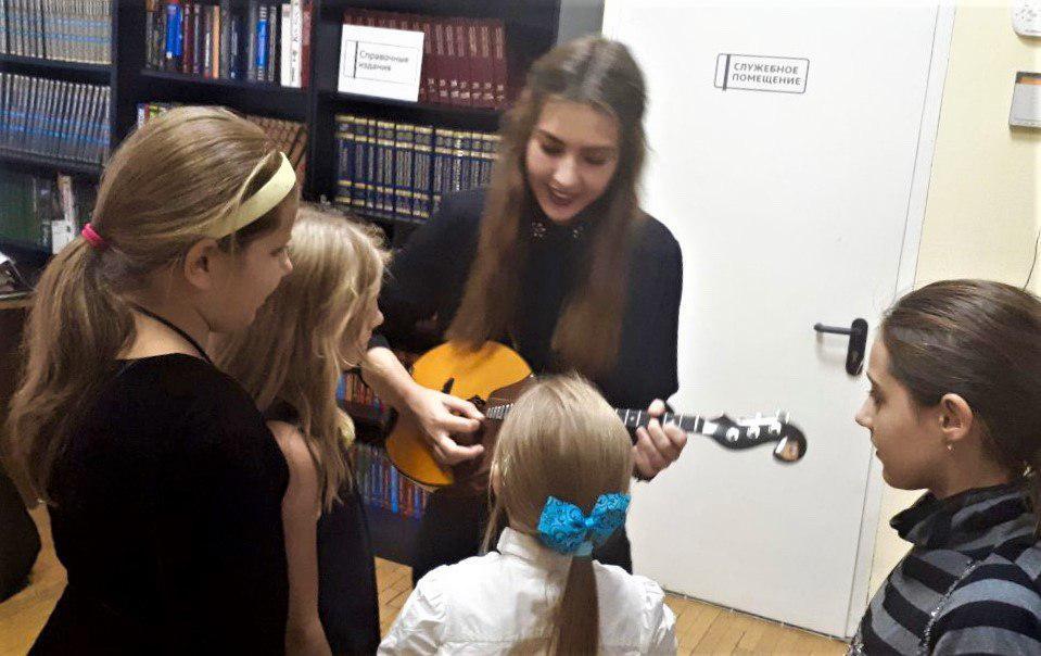 Сотрудники библиотеки № 26 Ховрина познакомили детей из ЦПСиД САО с музыкальными инструментами разных стран