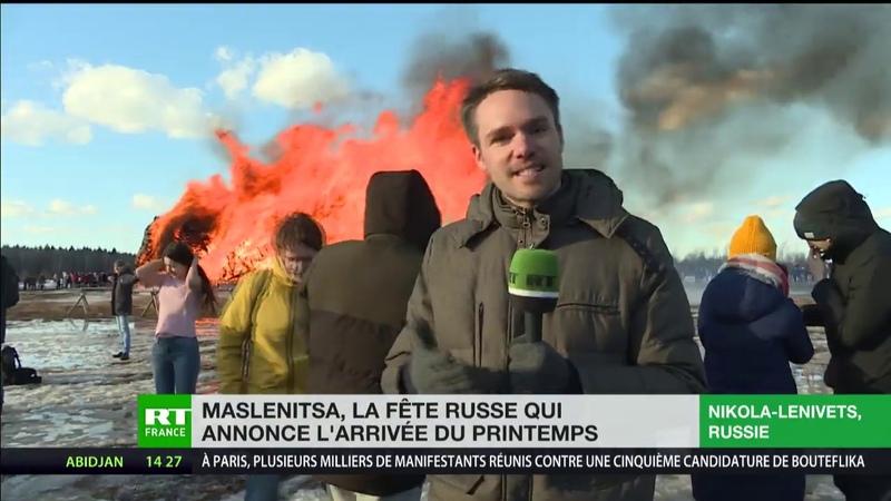 Des Russes brûlent une réplique de la Bastille pour la fête folklorique de Maslenitsa