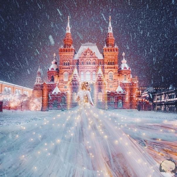 Вера Брежнева в сказочном платье в гирляндах на Красной площади