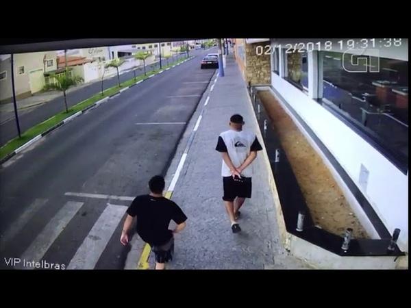 Adolescente sai andando após ser atropelado na calçada por carro desgovernado
