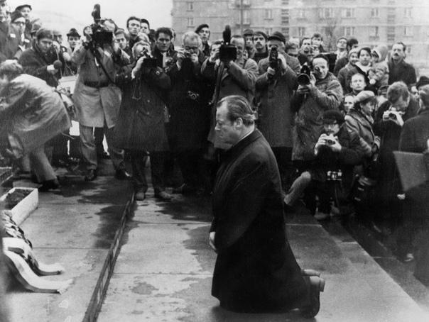 Вилли Брандт. Канцлер на коленях. Сей инцидент произошёл 7 декабря 1970 года во время визита Брандта в коммунистическую Польскую Народную Республику при посещении памятника жертвам неудачного