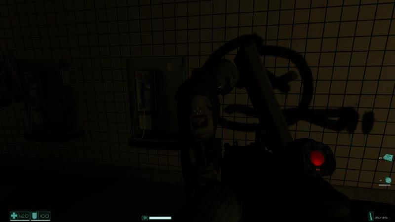Сержант из второй группы F.E.A.R. дает спящему клону с ноги