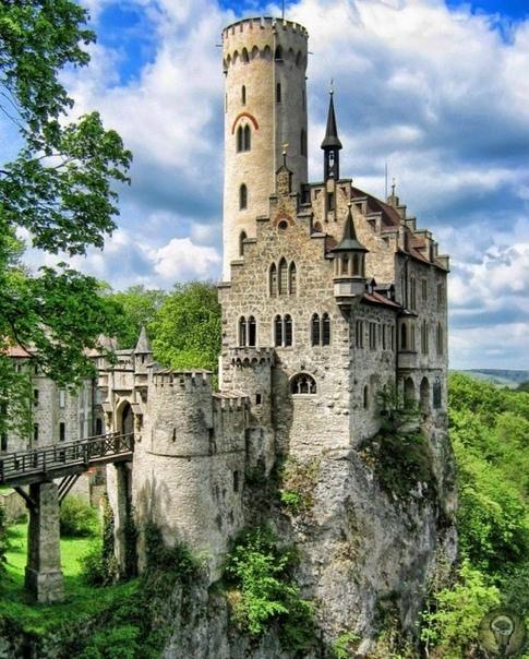 Д/ф Строители замков (2015) Замки не только являлись домами и крепостями, но также были настоящими шедеврами архитектуры. Сегодня они являются памятниками истории и помогают нам лучше понять,