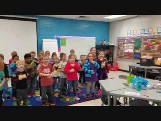 Дети в детском саду поздравили глухого работника песней на языке жестов Рифмы и Панчи