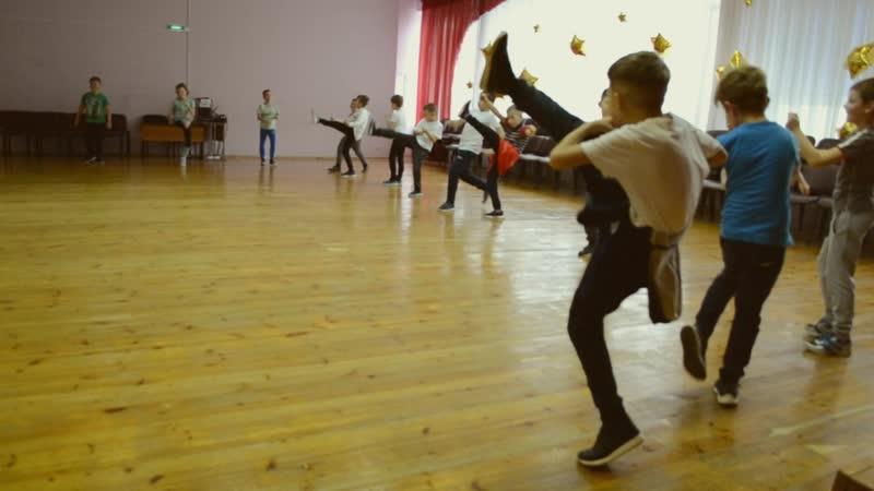 Школьная разминка в стиле тайского бокса