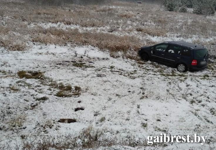 """В Лунинецком районе Туран """"улетел"""" в кювет, пострадала не пристёгнутая ремнём пассажирка"""