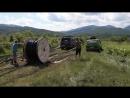 Раскатываем катушку с магистральным кабелем двумя машинами