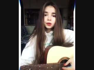 Маленькая девочка поёт старую популярную песню!
