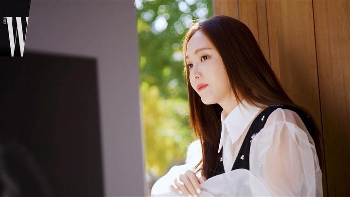 W Korea on Instagram W Beauty 빛이 좋은 늦가을의 어느 날 향기 장인 프레데릭 말이 제시카와 만 45