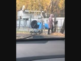 Женщина с коляской тренируется бить ножом