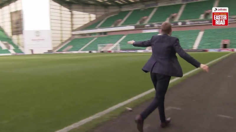 Darrell Currie tries out Neil Lennon's famous airplane celebration 😂