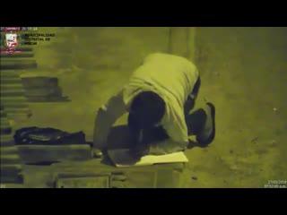 Школьник из Перу делает уроки под уличным фонарём [Рифмы и Панчи]