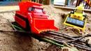 Scoop e Max constroem uma ponte. Escavadeiras de brinquedo.
