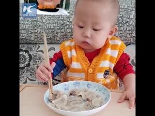 Малыш ест палочками как взрослый