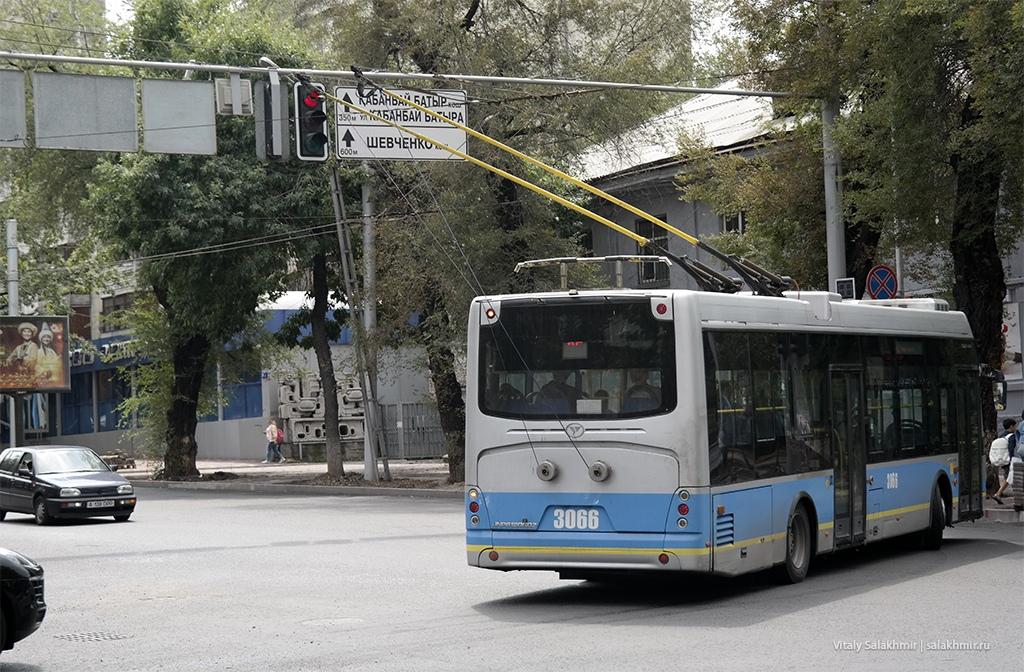 Троллейбус на проспекте Достык в Алматы 2019