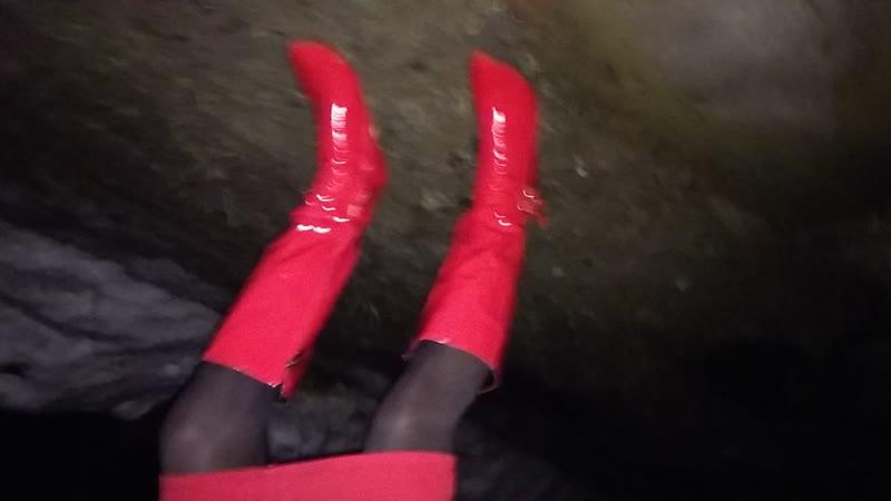 Маринка провалилась под лед в лужу