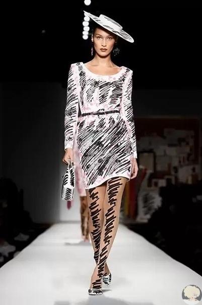 неделя моды в милане: показ moschino в нью-йорке дизайнер джереми скотт представил довольно шутовскую коллекцию с мультяшными героями, собственными портретами образца 1996 года и вариациями на тему байкерской одежды — в общем, был верен себе. тогда