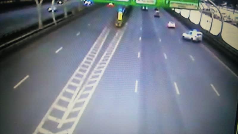 ДТП на южном участке ЗСД, в котором столкнулись полицейский УАЗ и BMW. Видео с камеры наблюдения ДТП