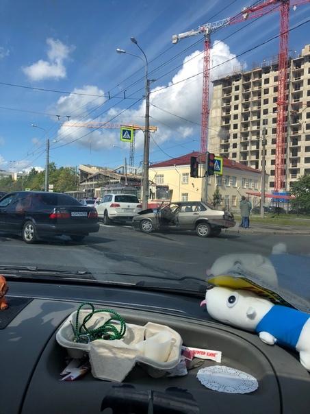 Туарег разбился об ВАЗ 21099 на перекрёстке Тамбасова и Ветеранов, оформляются,...