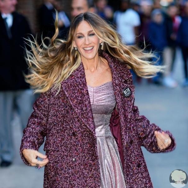 Сливовое пальто из твида и серебристое платье: Сара Джессика Паркер в Нью-Йорке