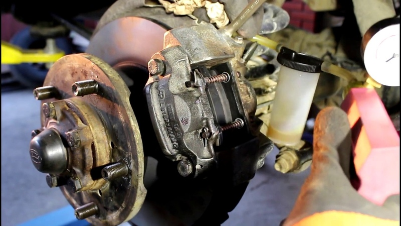 Замена задних тормозных дисков и колодок на Land Rover Defender Ленд Ровер Дефендер 2013 года 2ч