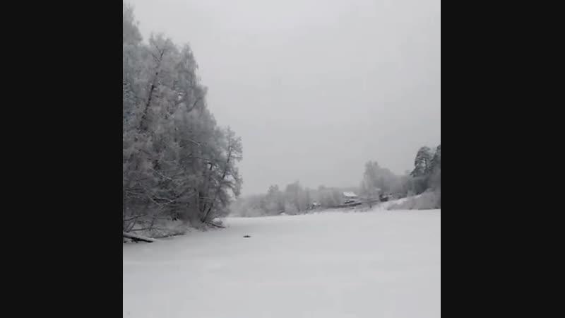 блестя на солнце, снег лежит; Прозрачный лес один чернеет, И ель сквозь иней зеленеет, И речка подо льдом блестит.