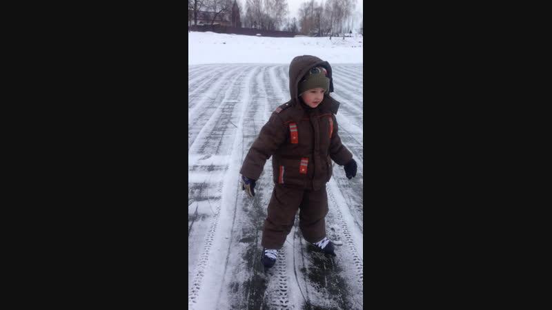 Впервые на льду мой внучок