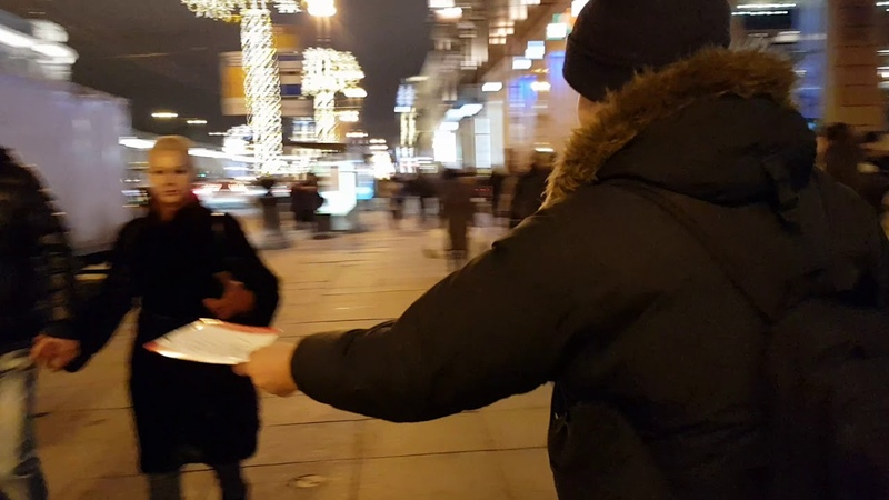 Пикет на Невском в СПБ. Раздаем листовки.
