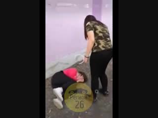 Парковые девочки избивают 13-летнюю Лизу из 104 школы в парке Минеральных Вод