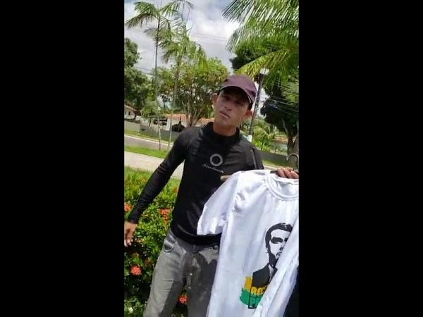 Trabalhador vendendo camisa bolsonaro