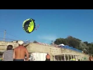 Видео момента удара током катающихся на парашюте на пляже Черного моря