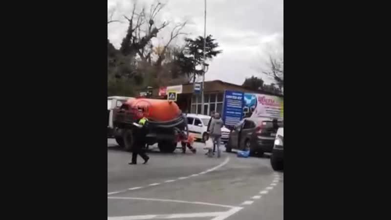 В Сочи иномарка врезалась в грузовик с цистерной