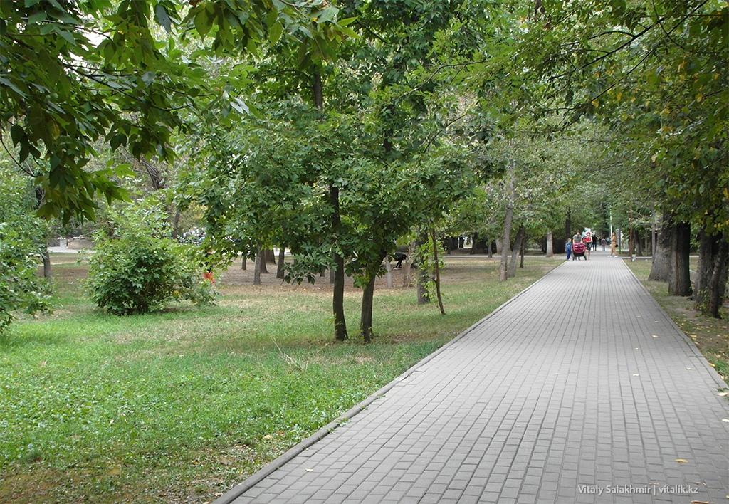 Аллея с деревьями, Фемили парк Алматы