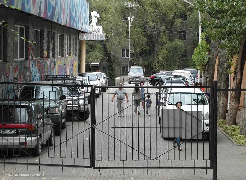 Паркинг и боулинг возле Фемили Парк Алматы 2018