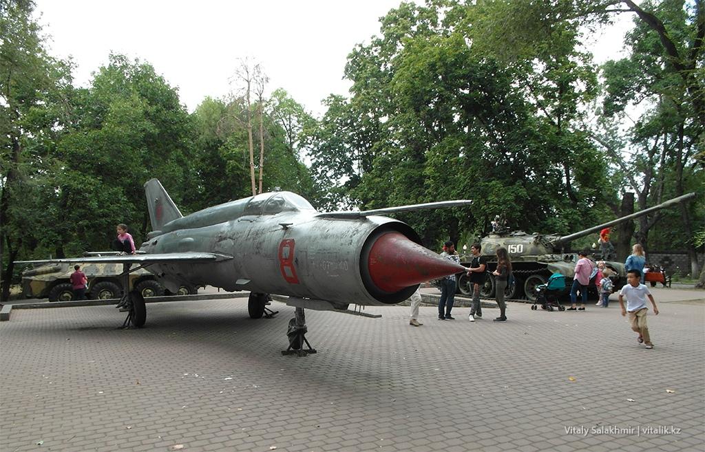 Истребитель. Военная техника в Фемили парке Алматы 2018