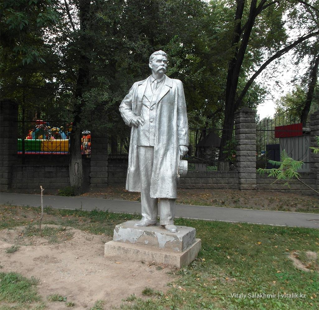 Памятник Максиму Горькому, Алматы 2018