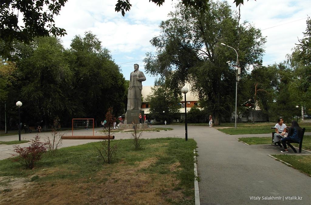 Памятник Калинину в сквере за Сары-Аркой, Фемили Парк