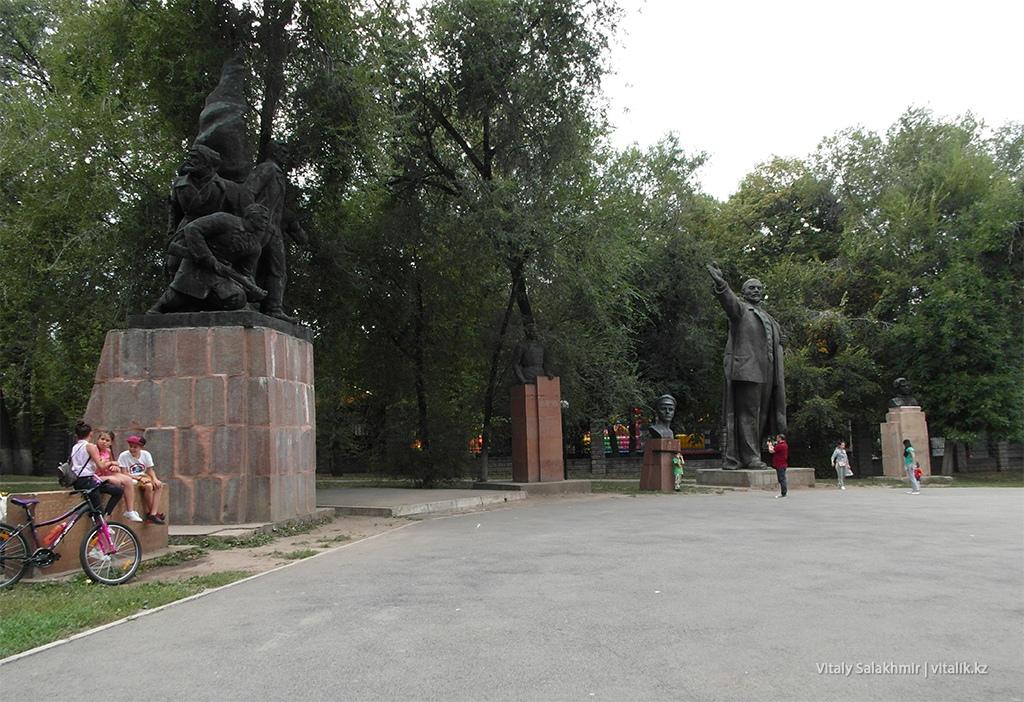 Памятники в сквере за Сары-Аркой, Фемили парк Алматы 2018