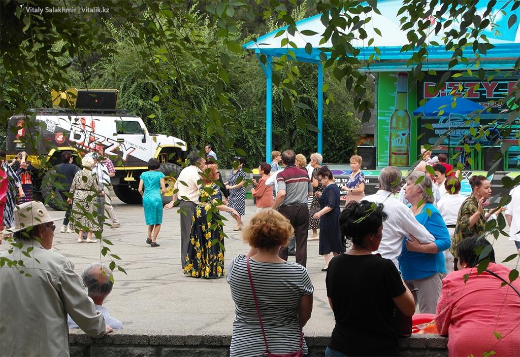 Пенсионеры в Парке Фемили Алматы 2018