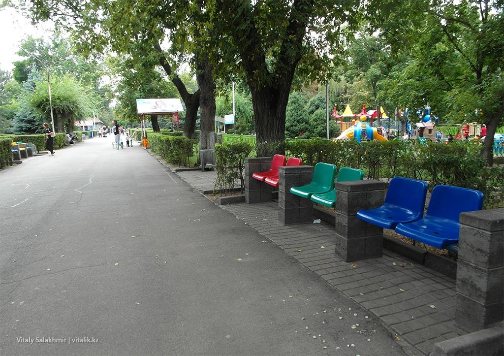 Скамейки в фемили парке Алматы 2018