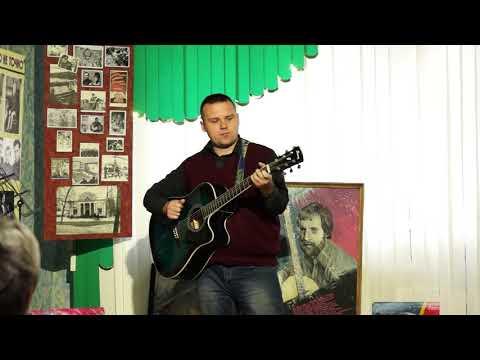 Денис Бышов от клуба Колориты души исполняет песню в Клубе Высоцкого