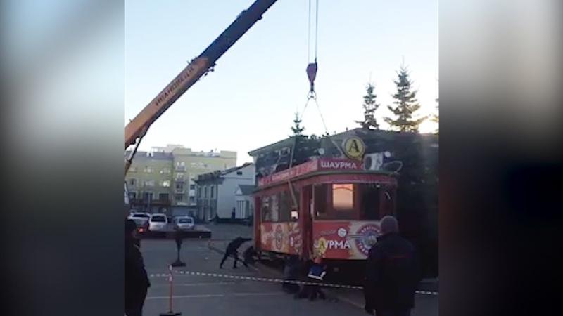 Демонтируют вагончик с шаурмой