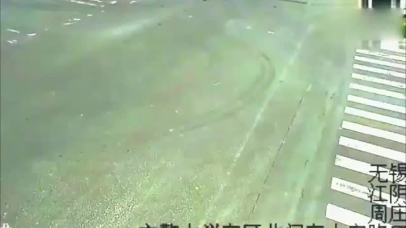 Серьезное ДТП опять с участием мотоциклиста  Любитель скорости на спортбайке, при чем не в полной экипировке, попал в очень серь