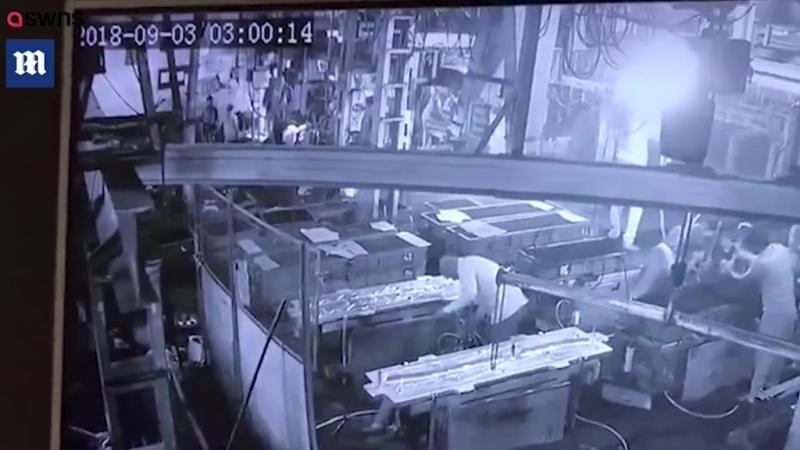 В Индии начальник вставил компрессор рабочему в зад.