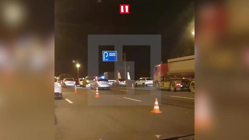 В Москве в ДТП с участием двух грузовиков и легковушки погиб человек - Видео - L!fe