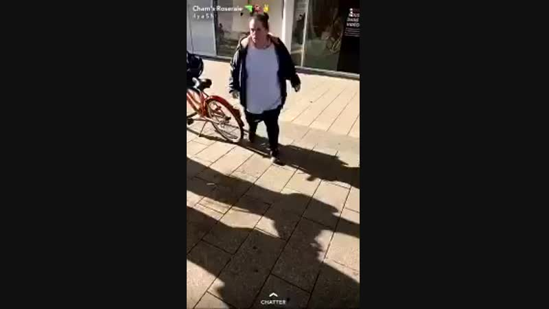 Une vidéo montrant cette grosse beauf frapper un homme âgé fait actuellement polémique sur le net