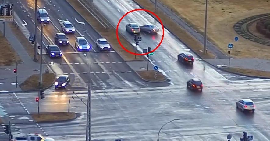 Опасное маневрирование на мокрой дороге привело к обидному ДТП на Варшавке