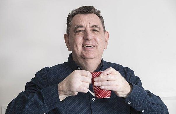 Британец Крис Кинг теперь может открыть входную дверь, налить себе чая и обнять свою племянницу впервые за пять лет после страшной аварии на производстве, когда ему оторвало обе руки. После