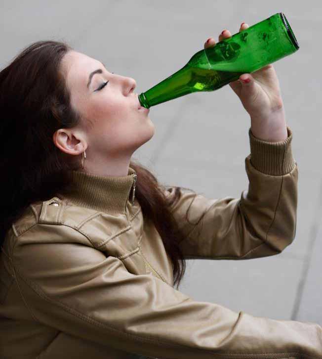 Многие алкоголики пытаются скрыть рецидив от близких.
