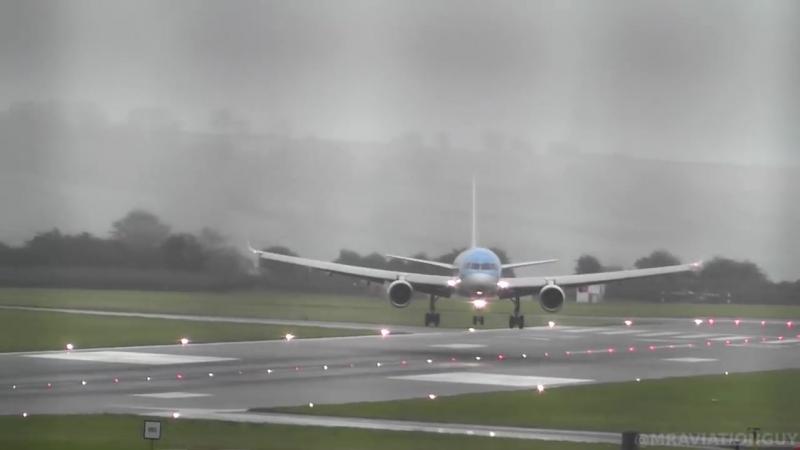 Boeing 757 авиакомпании TUI садится в аэропорту Бристоля (Англия) при мощных порывах ветра